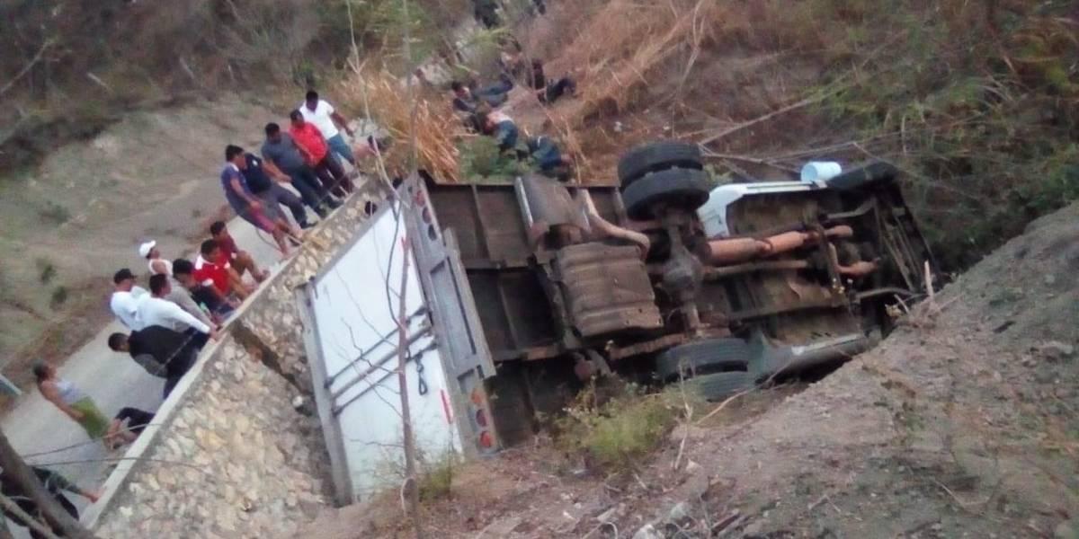 Migrantes guatemaltecos mueren en México al volcar camión