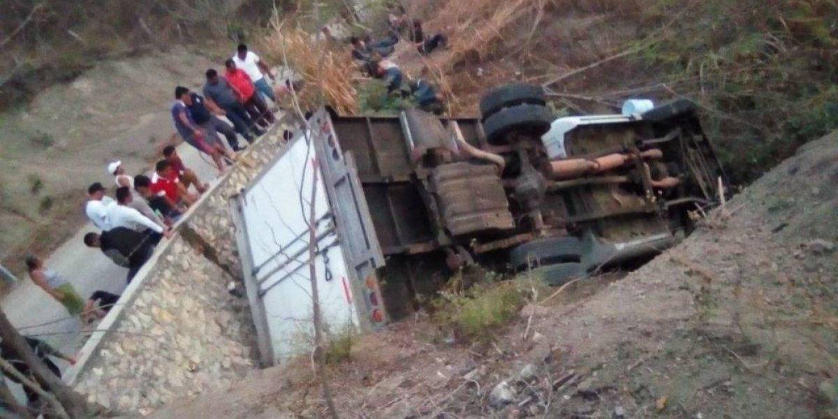 Camión con migrantes vuelca en Chipas; hay al menos 25 muertos