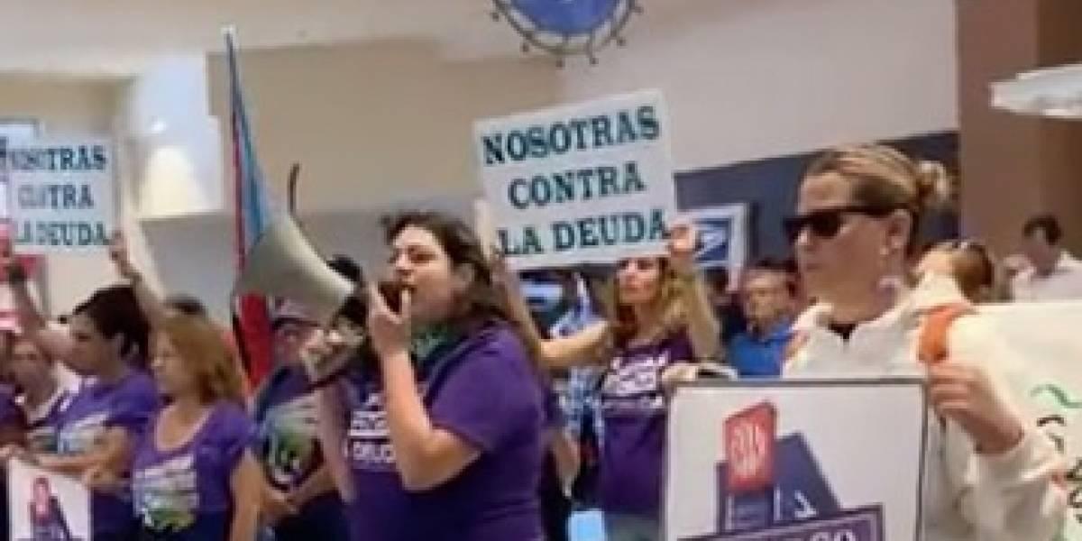 Cierra banco en Plaza por manifestación de Colectiva Feminista