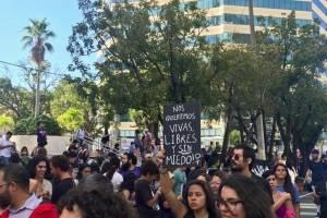 Diversas organizaciones y grupos marcharon hoy viernes, 8 de marzo de 2019, en la Milla de Oro en Hato Rey, para denunciar los efectos de la deuda pública sobre ellas y la población en Puerto Rico. / Foto: Perla Hernández