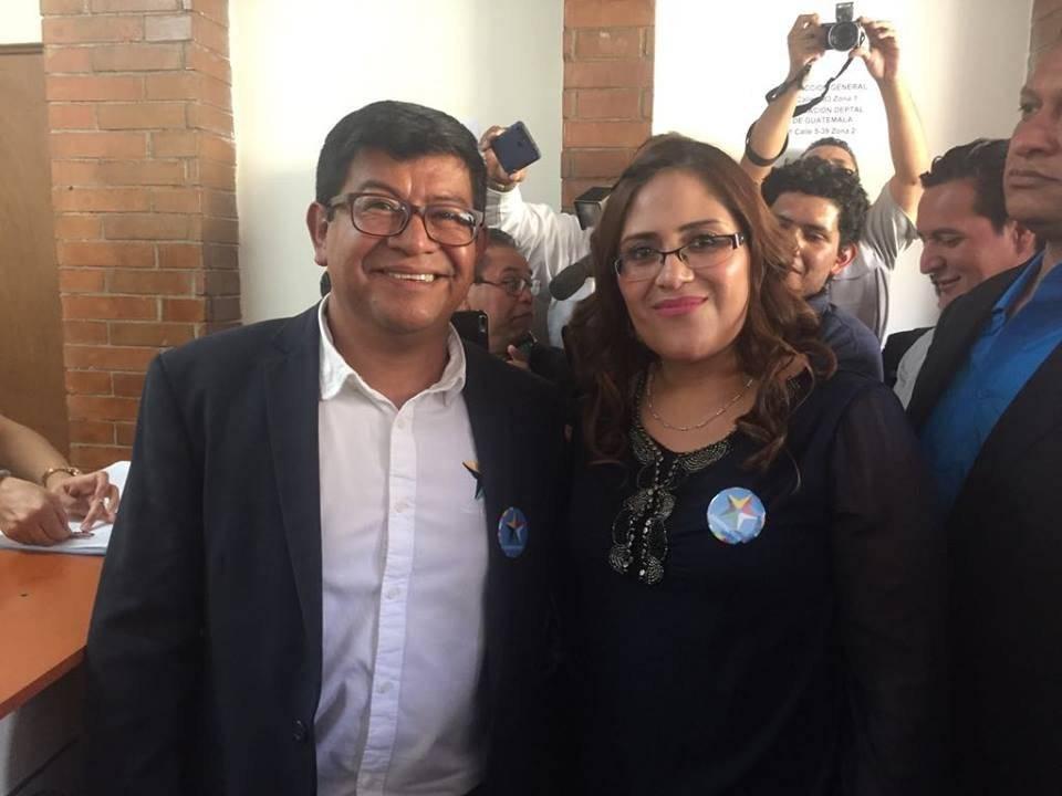 Benito Morales y Claudia Valiente entregan papelería al TSE.
