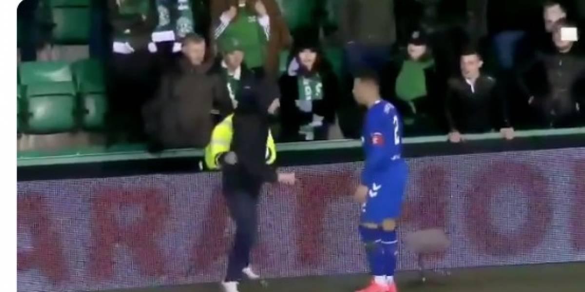VIDEO: Aficionado invade la cancha para golpear a futbolista