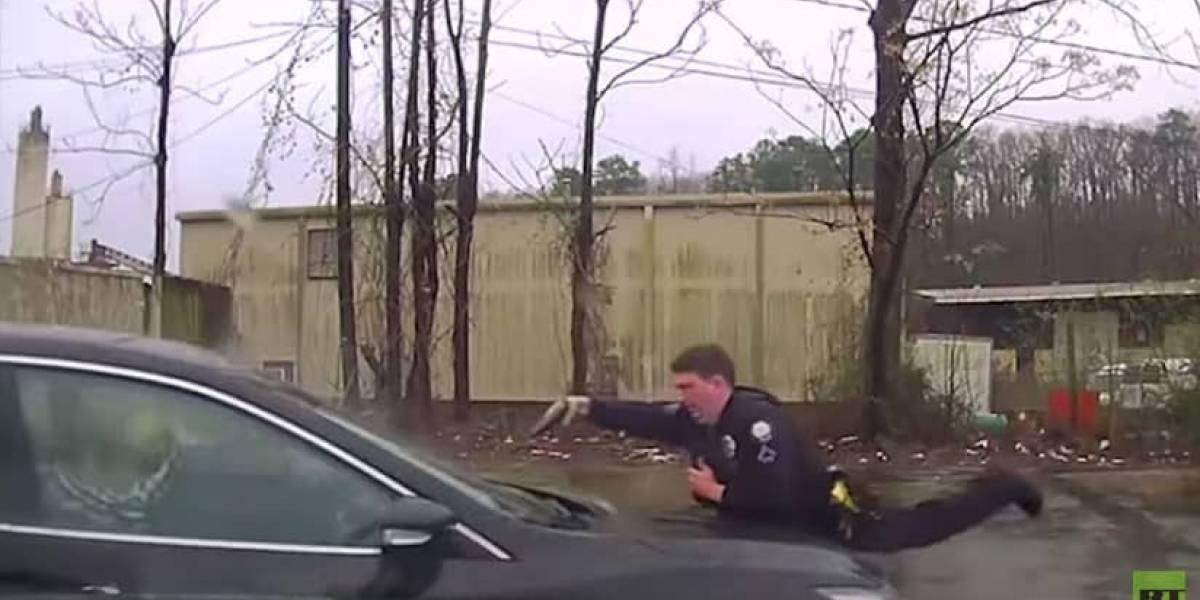 Policía disparó 15 veces contra un hombre que conducía un carro robado
