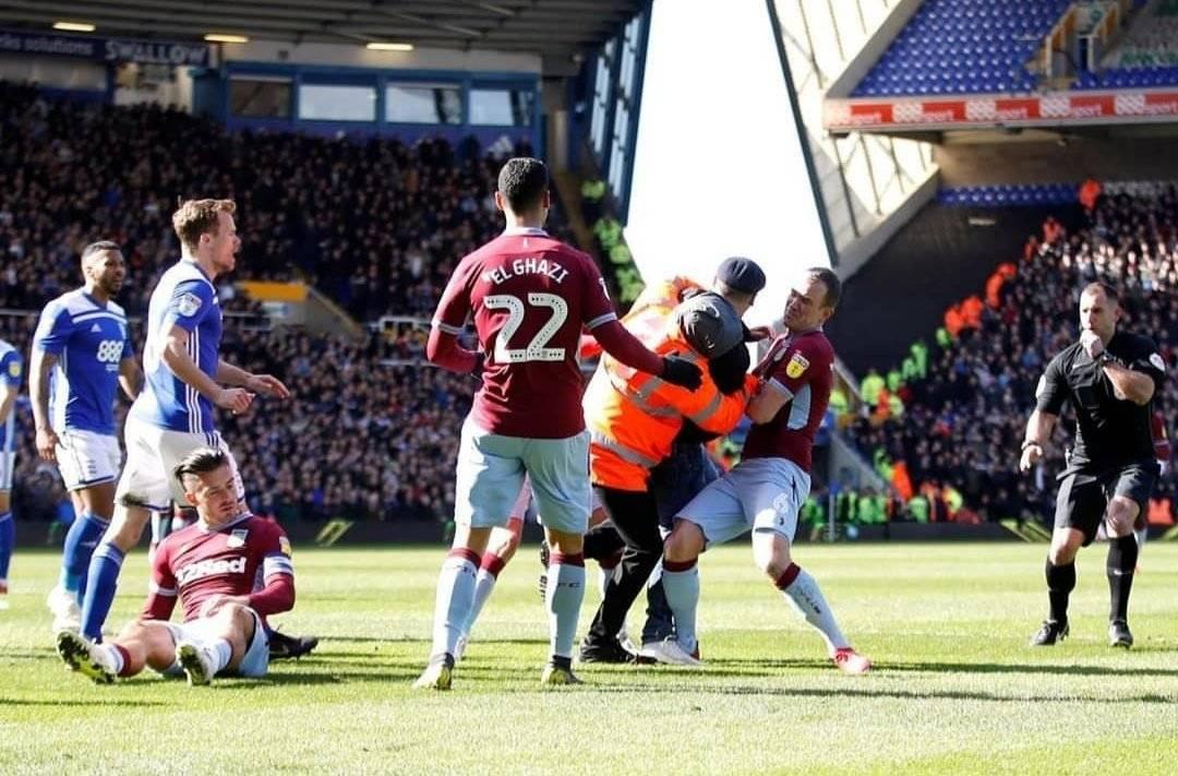Aficionado del Birmingham agrede a jugador del Aston Villa