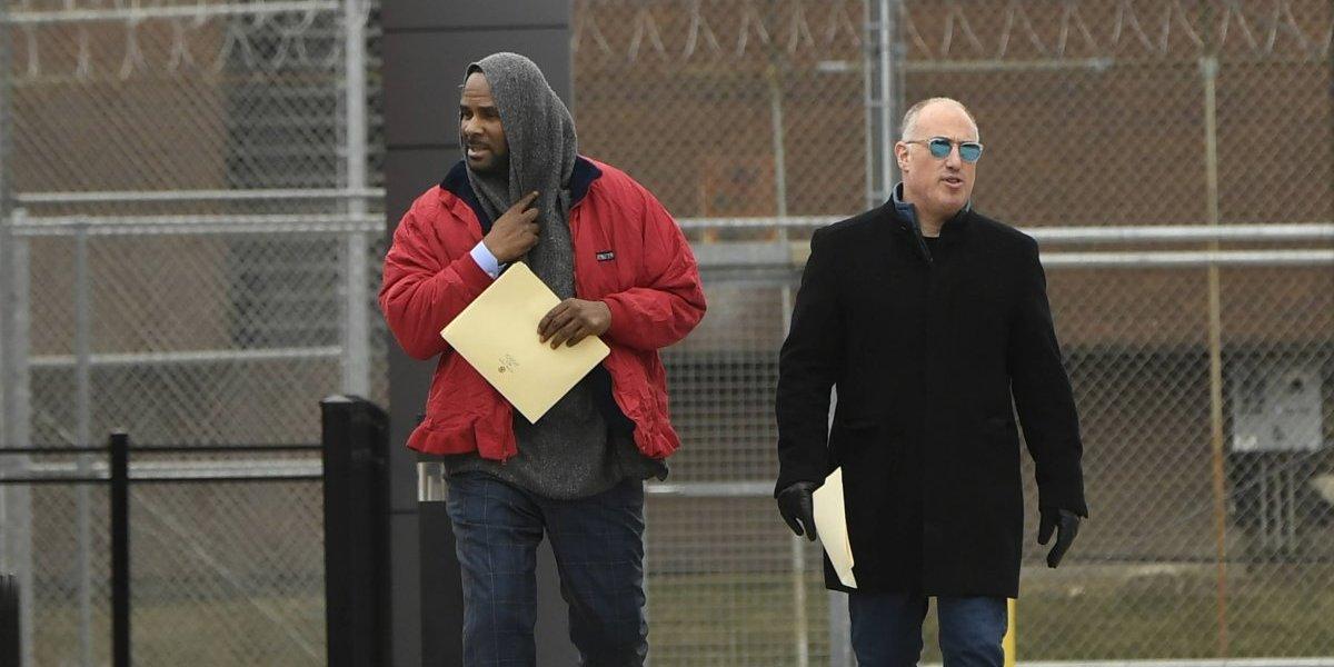 """R. Kelly sale de cárcel tras """"alguien"""" pagar la deuda de 161 mil dólares en manutención"""