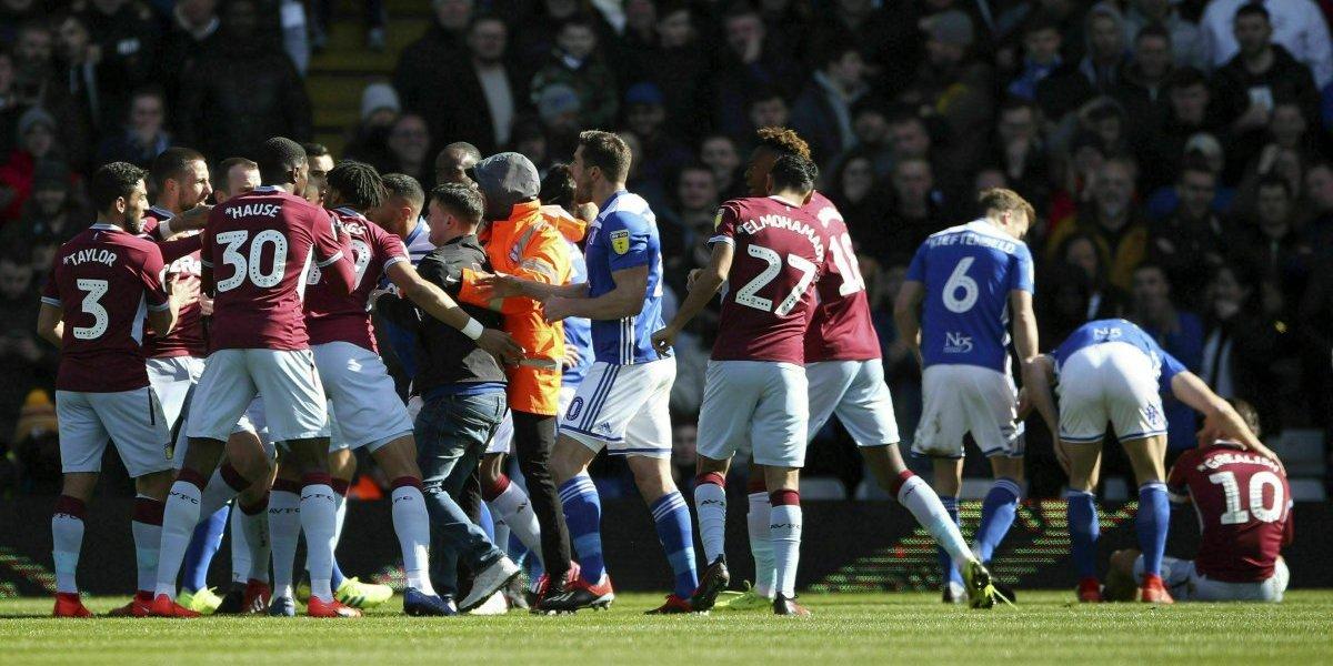 Hincha entra a cancha y agrede a jugador de fútbol en liga inglesa
