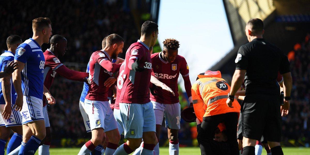Hincha entró al campo y agredió a un famoso futbolista del fútbol inglés