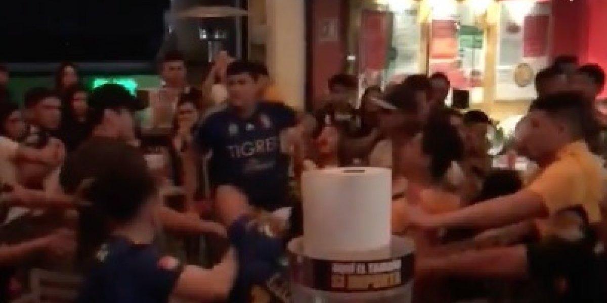 VIDEO: Aficionados de Monterrey y Tigres arman pelea campal en restaurante