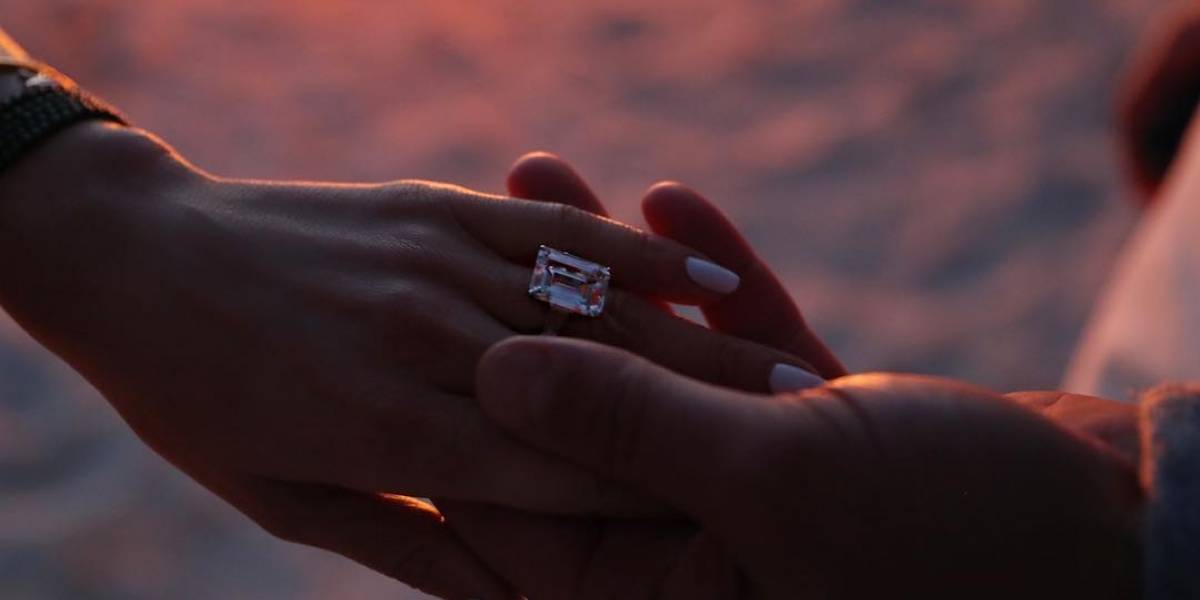Alex Rodríguez le entrega anillo de matrimonio a Jennifer López