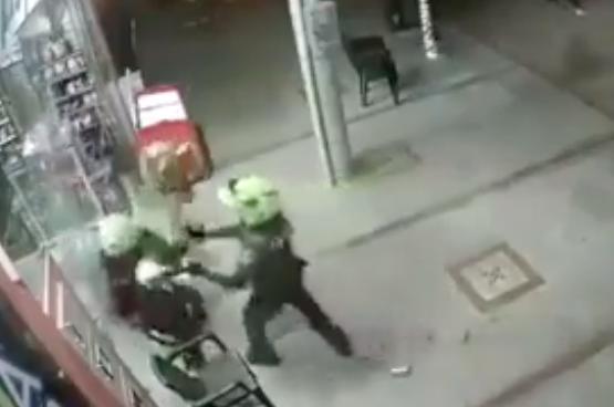 Hombre se enfrentó con machete a dos policías