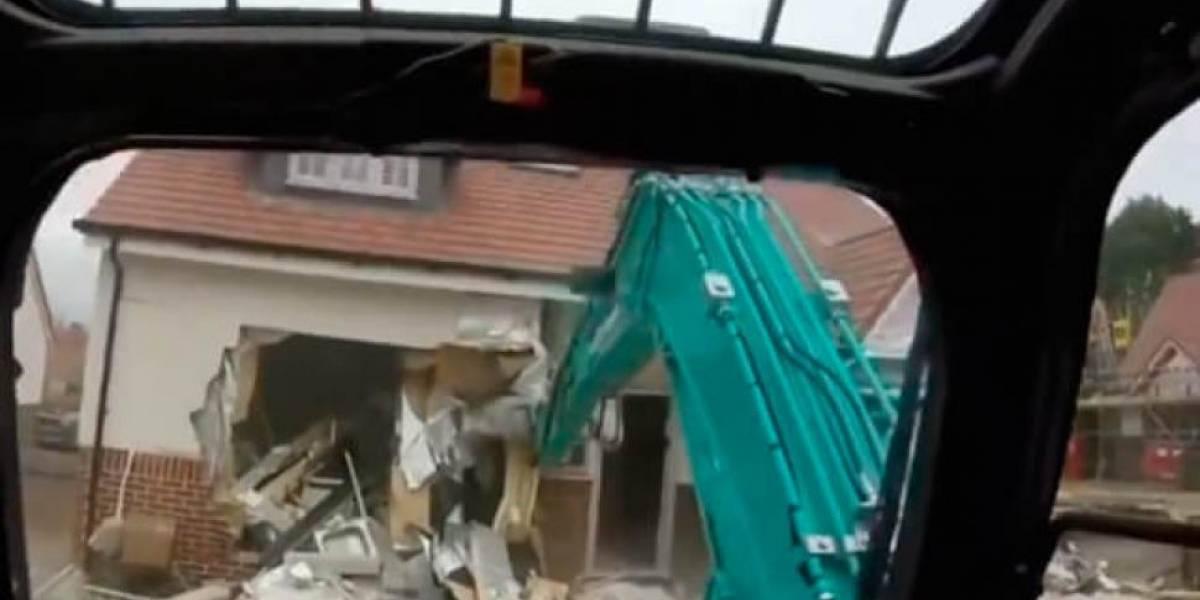 Video: Obrero destruyó las casas que había hecho porque no le pagaron el sueldo