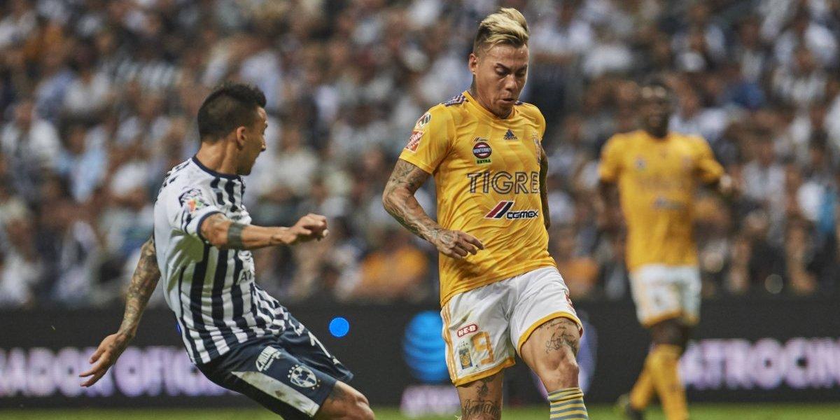 Eduardo Vargas jugó todo el partido en el empate clásico de Tigres ante Monterrey