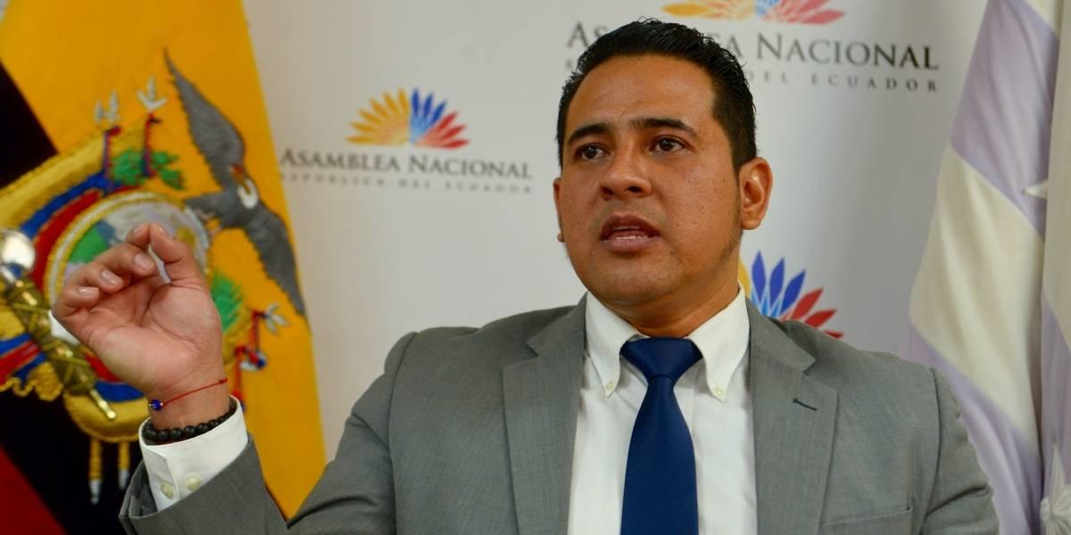 Ronny Aleaga presenta denuncia ante la Fiscalía contra Elizabeth Cabezas y María Paula Romo
