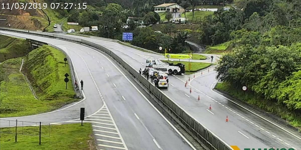 Rodovia dos Tamoios está interditada nesta segunda; duas barreiras cederam
