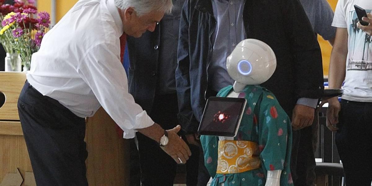 """Presidente Piñera anunció un Sence para la """"cuarta revolución industrial"""" saludando a un robot"""