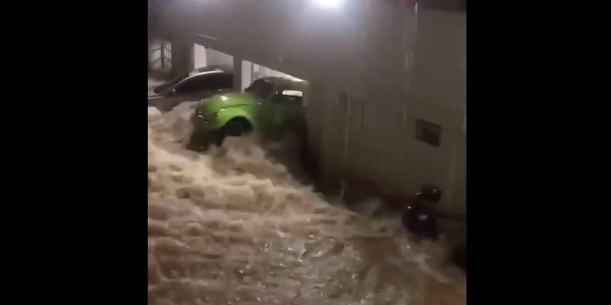 VÍDEO: Fusca é expulso da garagem pela força da água da chuva