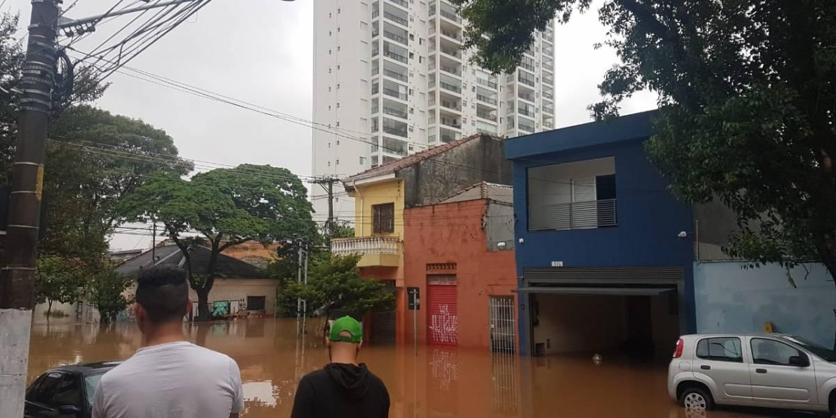 Prédios no Ipiranga têm portarias inundadas e moradores ficam ilhados