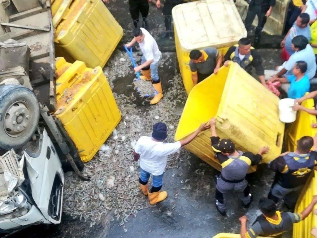 Camión con camarones se accidentó en el norte de Guayaquil Twitter