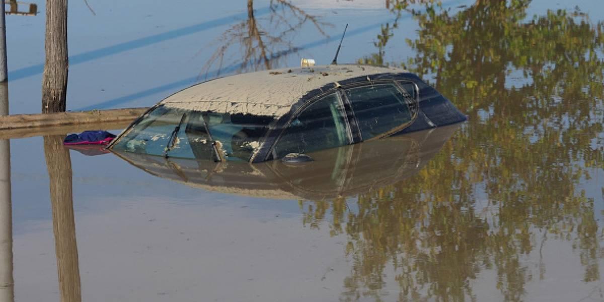 Mujer ahoga a sus hijos tras encerrarlos en su auto y meterlo en un río
