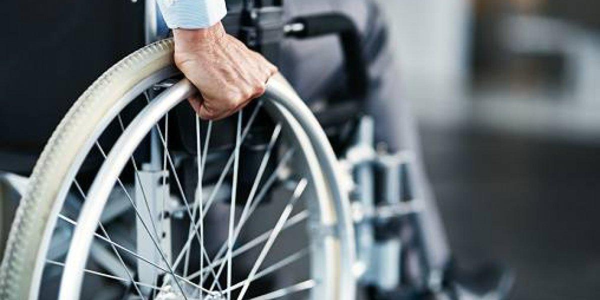 No, o es una ilusión: sujeto en silla de ruedas se transforma en viral por su temeraria maniobra en transitada autopista
