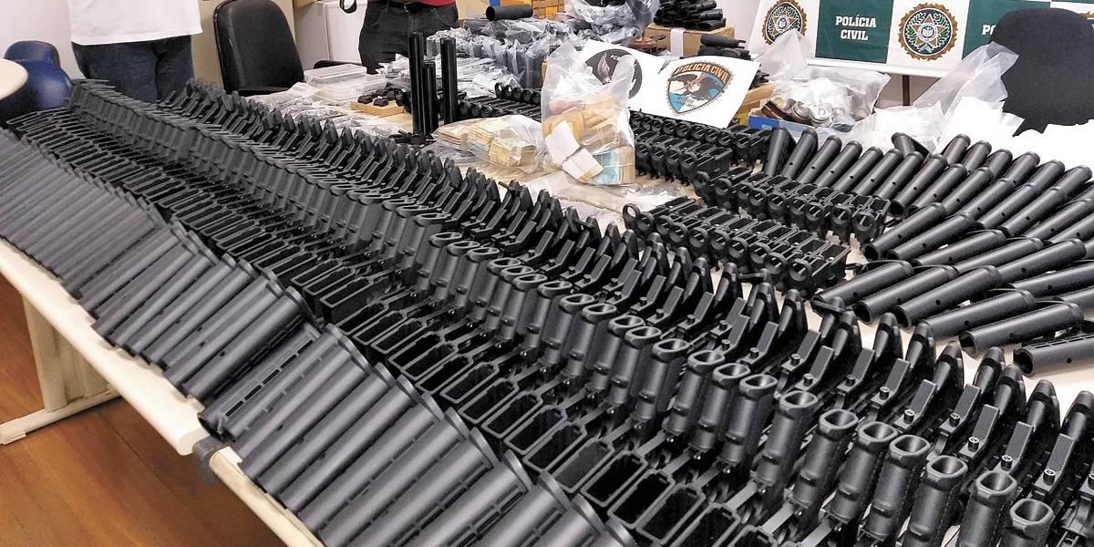 Amigo de um dos suspeitos de matar Marielle é preso com 117 fuzis incompletos em casa