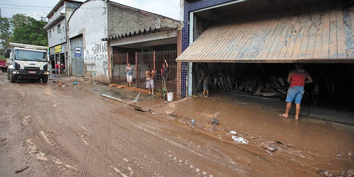 Dia de limpeza e solidariedade nos bairros atingidos pelas chuvas