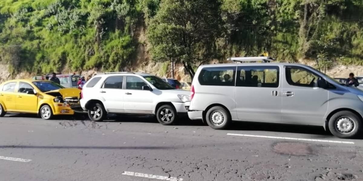 Tres heridos por accidente de tránsito en  la avenida Simón Bolívar, sector Loma de Puengasí