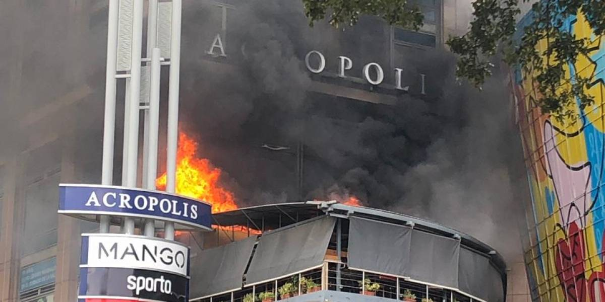 Incendio afecta plaza comercial Acrópolis Center
