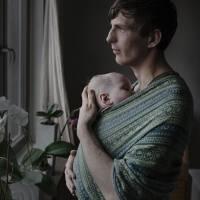Göran Sevelin tiene 27 años y pausó sus estudios para cuidar a su bebé