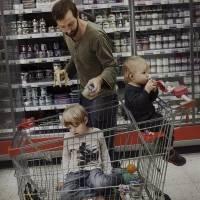 Markus Bergqvist está con sus dos hijos en el supermercado