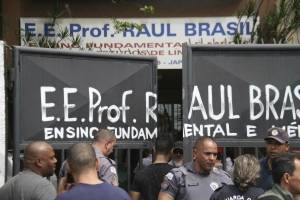 Padres de familia llegando a la escena de la tragedia en Brasil