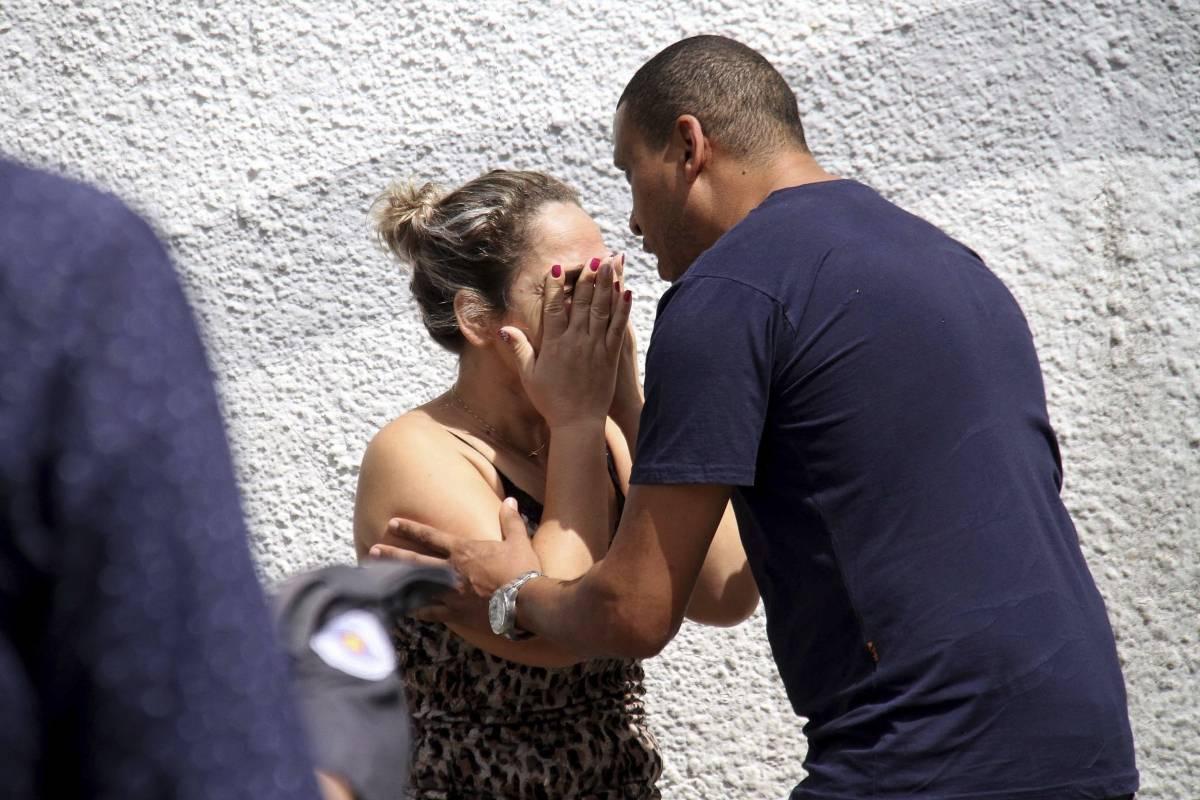 Padres de familia llegando a la escena de la tragedia en Brasil Foto: AP
