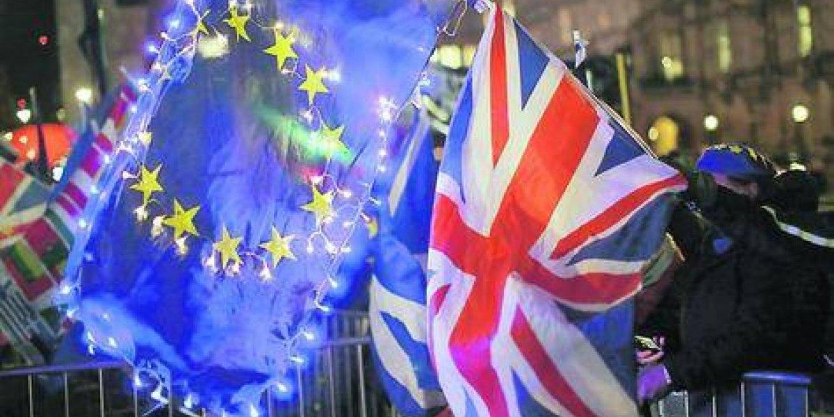 Parlamento británico vota por evitar un Brexit caótico