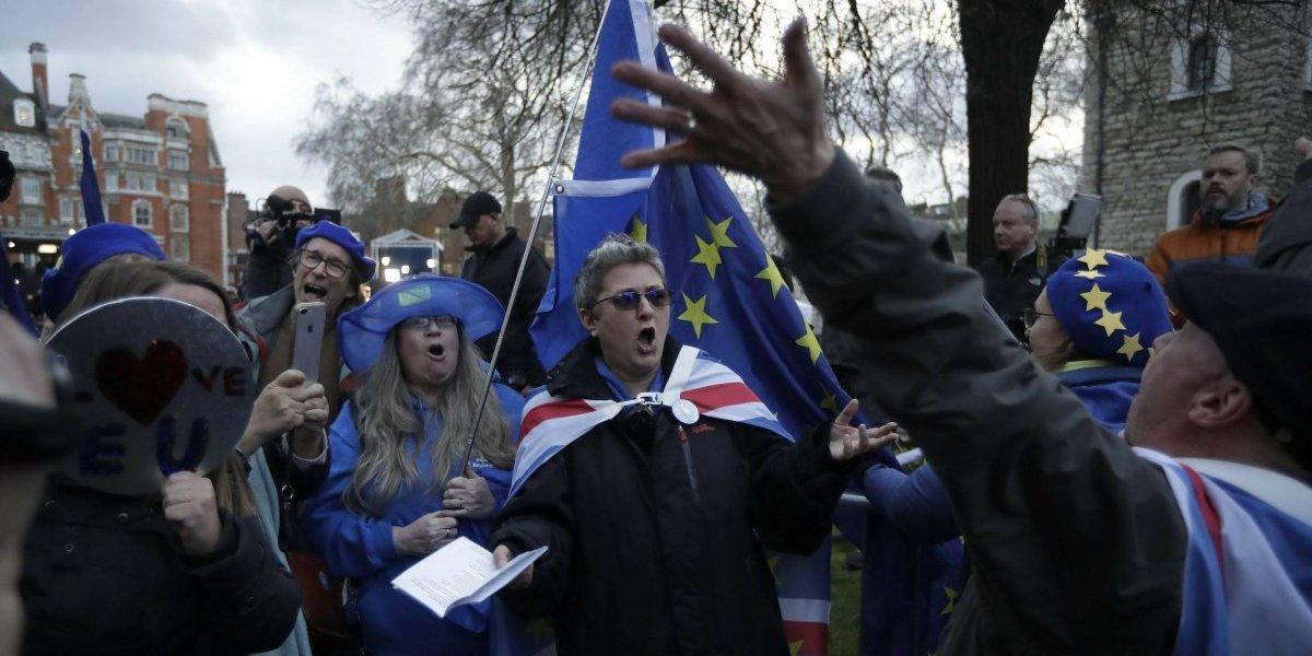 Legisladores británicos votan a favor de postergar Brexit
