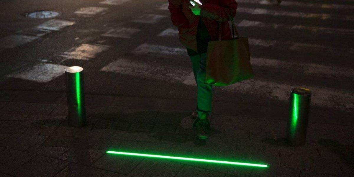 Instalan semáforos especiales para los que caminan usando el celular