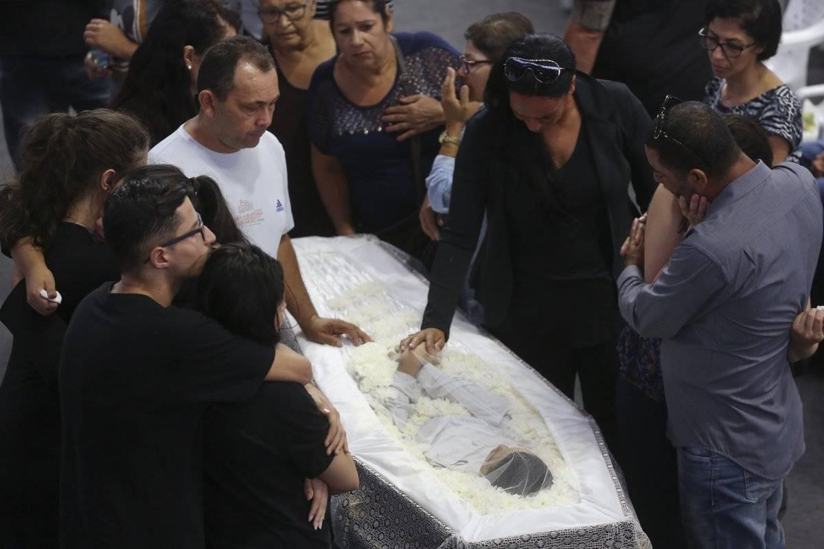Familiares lloran a Caio Oliveira, víctima de la matanza en la Escuela Estatal Raul Brasil durante un velorio colectivo en Suzano, gran Sao Paulo, Brasil, jueves 14 de marzo de 2019. (AP Foto/Andre Penner)