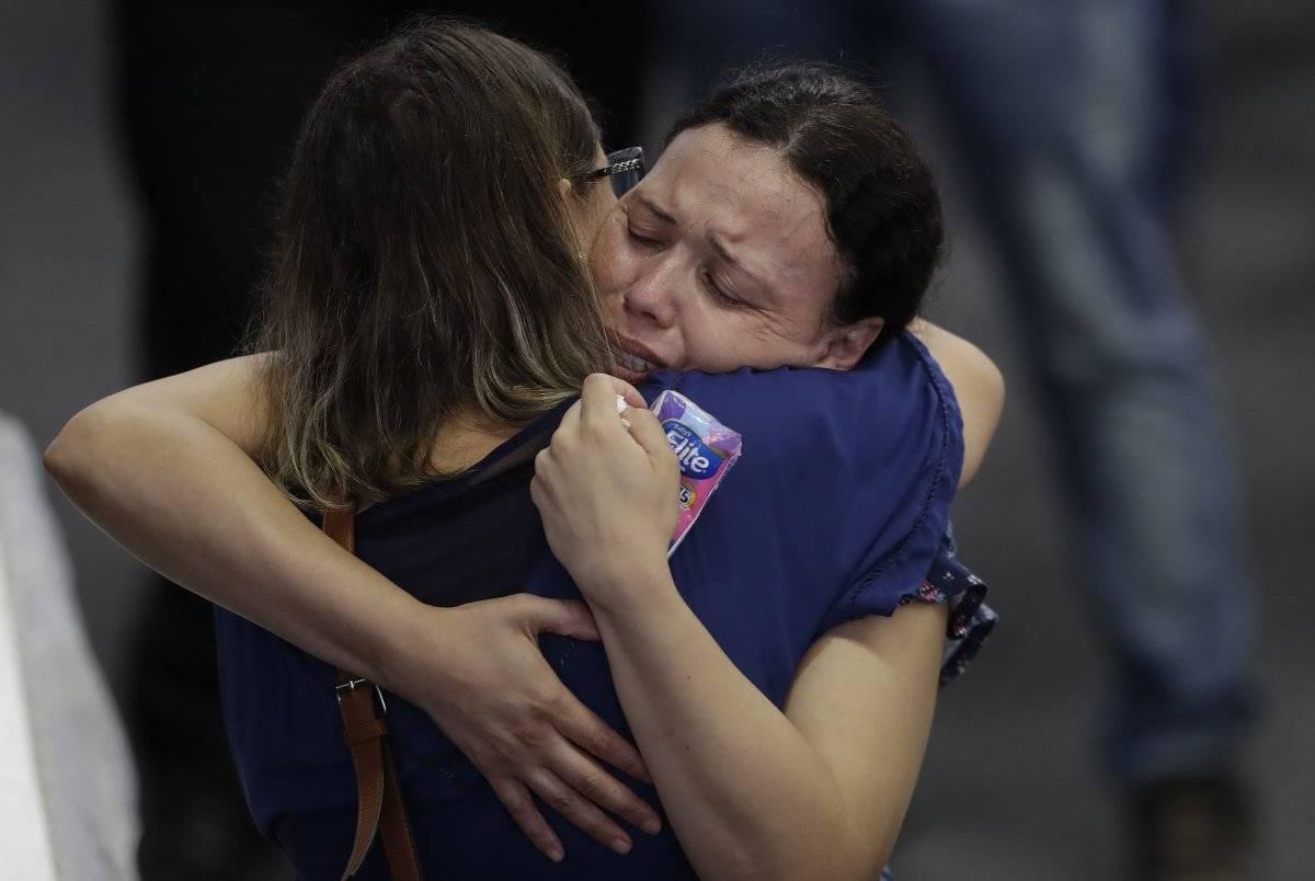 Familiares lloran a las víctimas de la matanza en la Escuela Estatal Raul Brasil durante un velorio colectivo en Suzano, gran Sao Paulo, Brasil, jueves 14 de marzo de 2019. (AP Foto/Andre Penner)