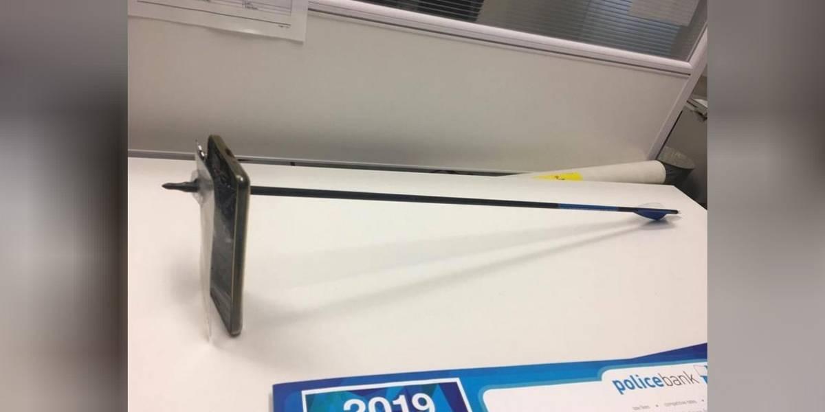 Celular salva a vida de australiano atacado com arco e flecha