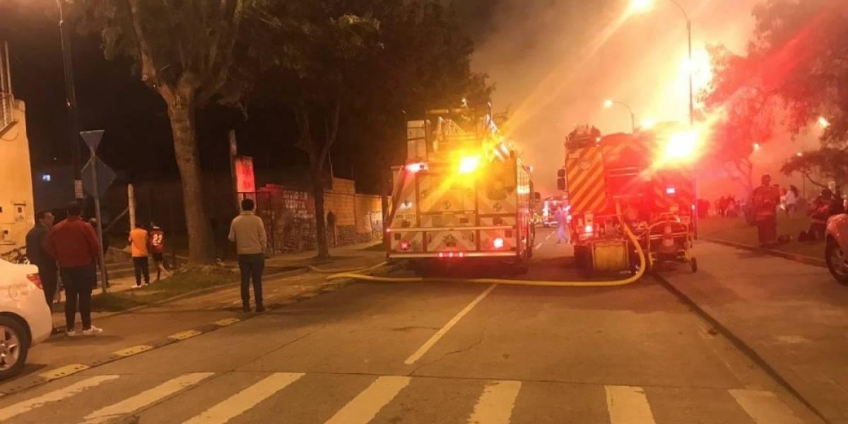 Momento de incendio estructural en el sector del mercado en Cuenca