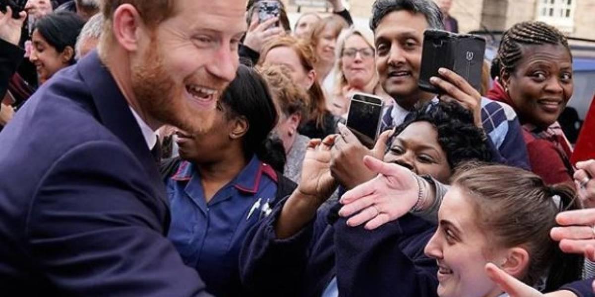 Rompió el protocolo: las imágenes que muestran al príncipe Harry cantando en un evento real
