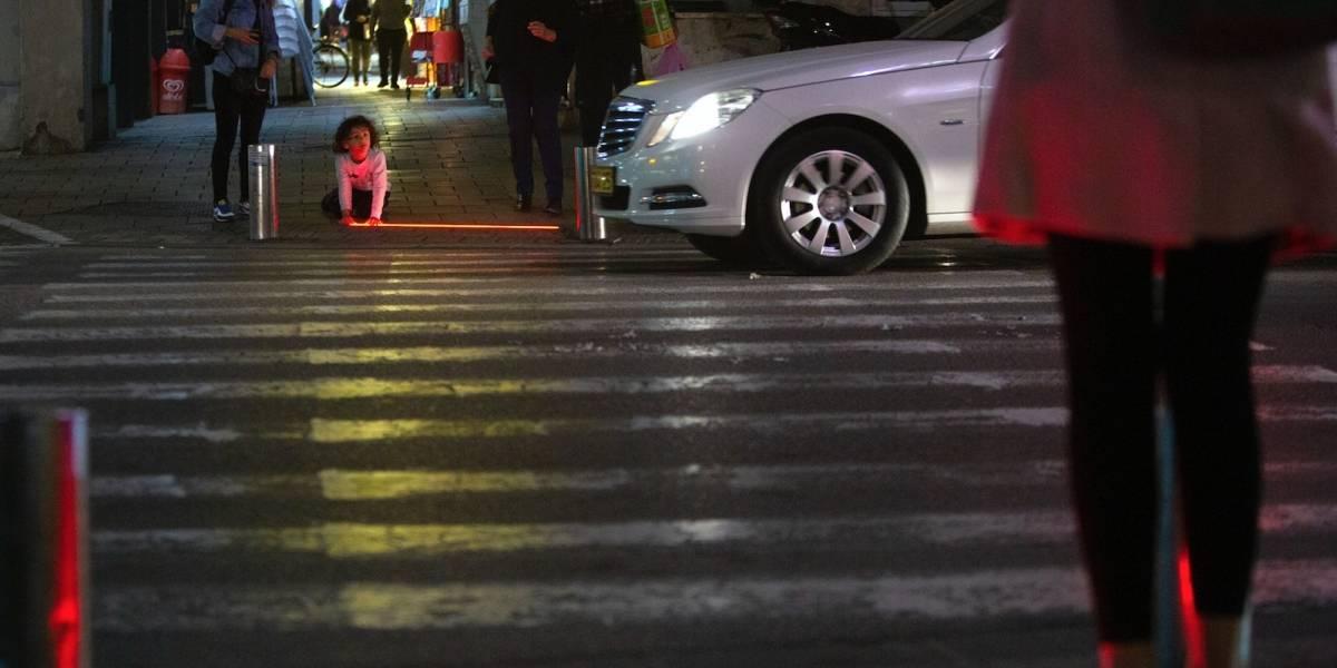 "Tel Aviv instala semáforos para ""zombis"" que usan el celular"