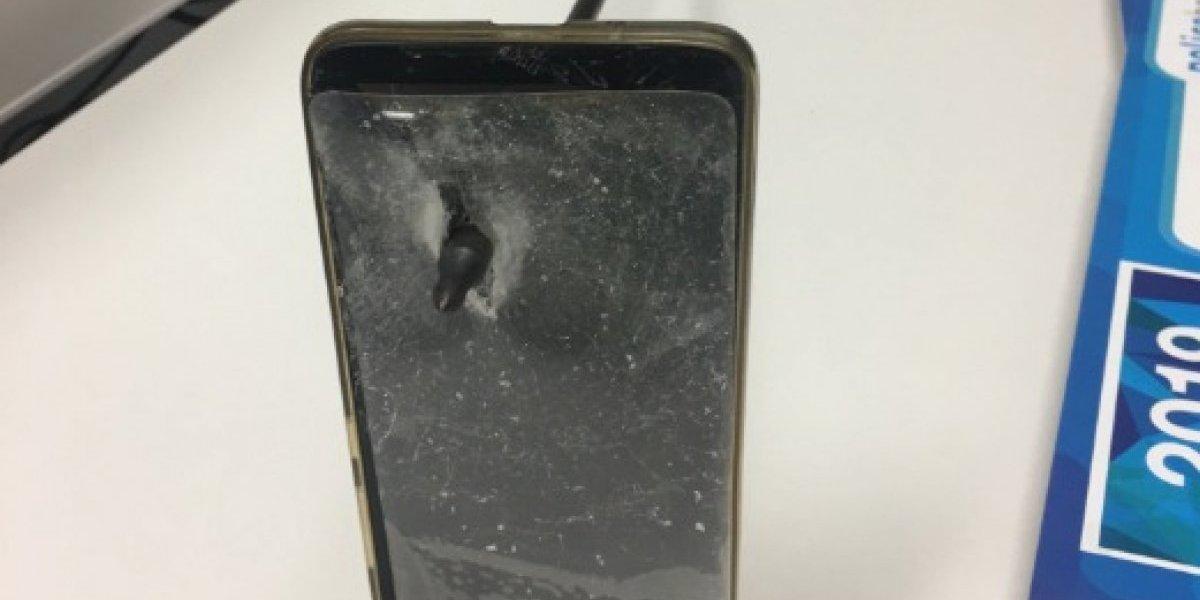 Evita morir de un flechazo gracias a su teléfono móvil (IMÁGENES)