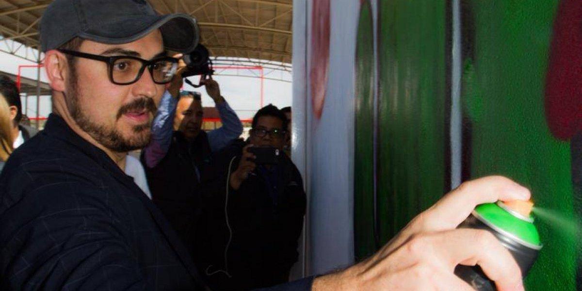 Román Meyer Falcón 'grafitea' en colonias marginadas de Sonora