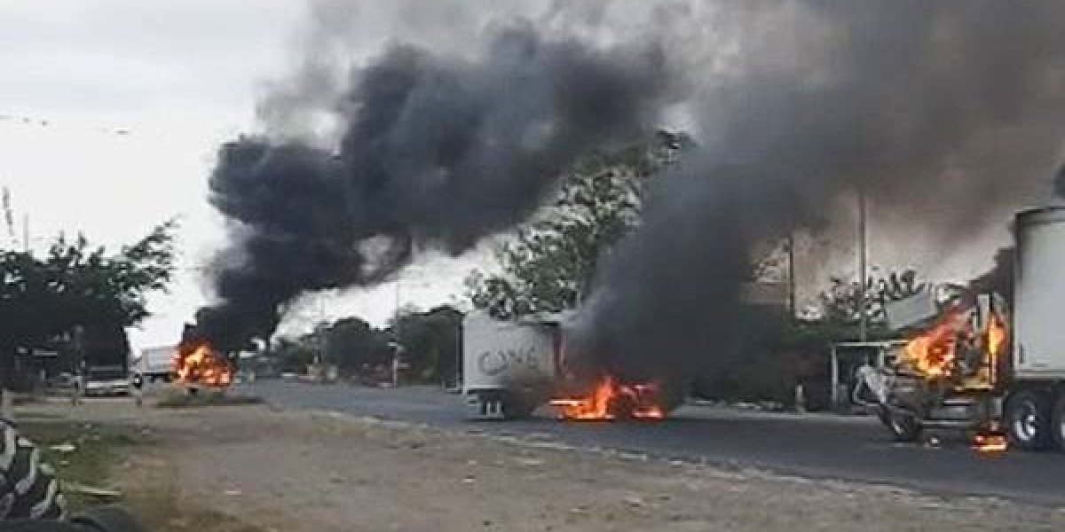Presuntos narcos incendian tráileres para bloquear carretera en Veracruz