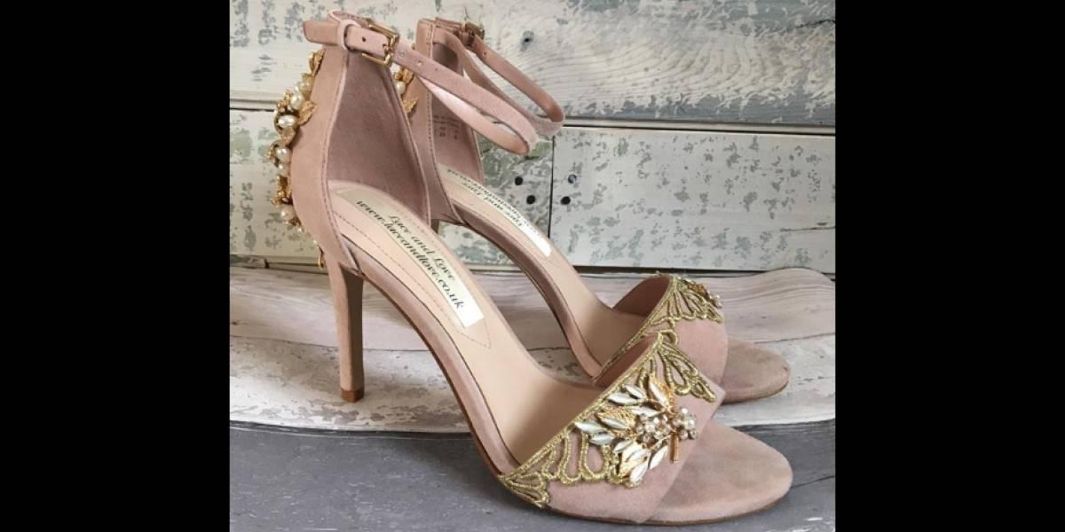"""""""Espero que tengas un día mágico"""" novia recibió el mejor regalo y descubrió un mensaje de su madre fallecida en los zapatos con los que se va a casar"""