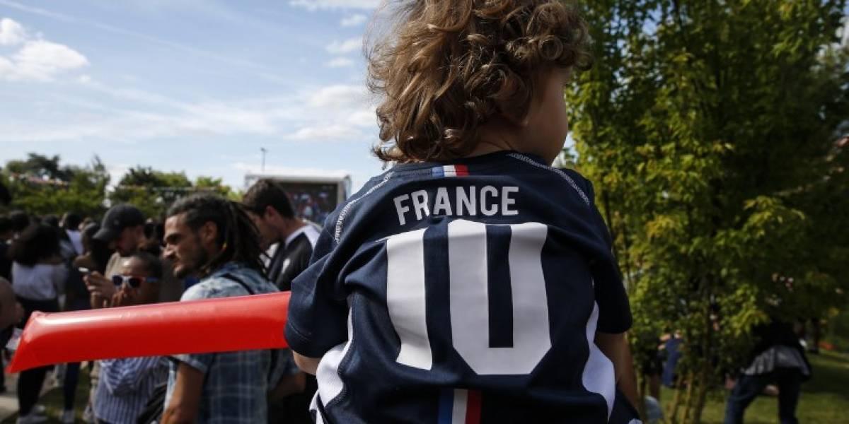 Tarjeta roja al nombre 'Griezmann Mbappé' para un bebé en Francia