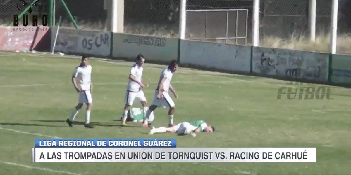 VIDEO: Futbolista noquea a par de rivales en dos segundos