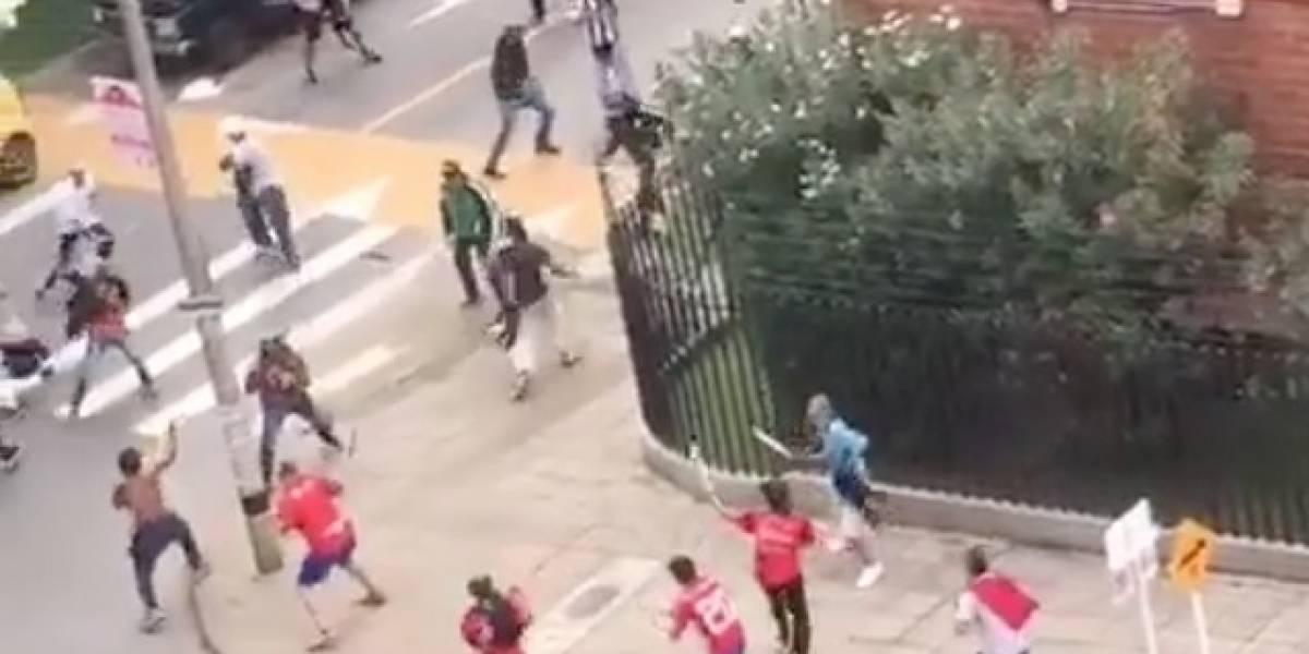 (VIDEO) Monumental pelea con machetes ante del clásico Medellín vs Atlético Nacional