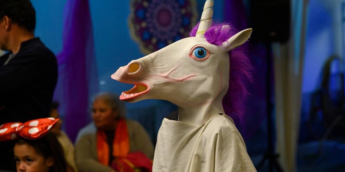 """Ya no se puede confiar en nadie: """"unicornio"""" asalta una tienda armado con una barra de metal y desata operativo policial"""