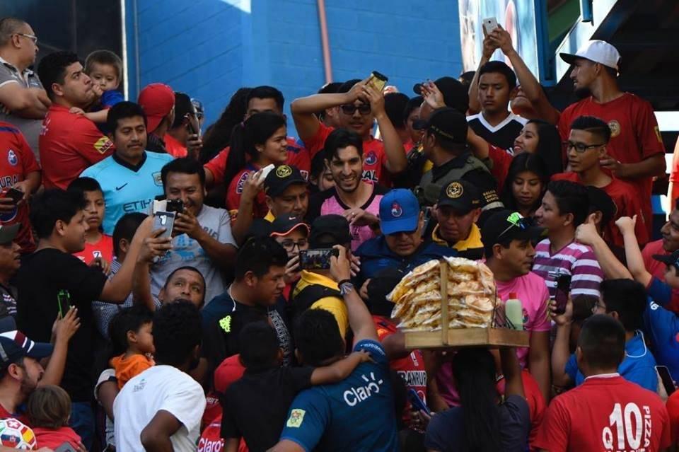 Penedo sorprendió a los aficionados rojos e ingresó a las gradas. Foto: Omar Solís